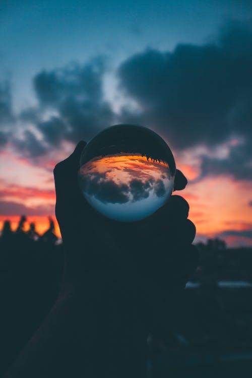 Gratis arkivbilde med daggry, glasskule, hånd, Lensball