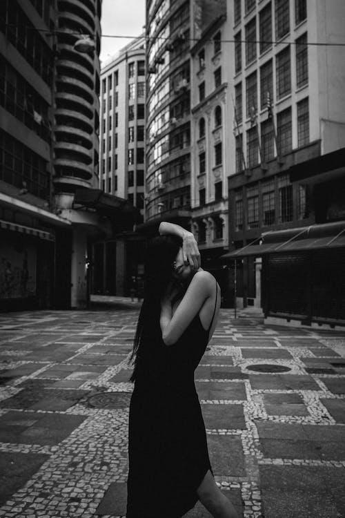 건물, 도시, 블랙 앤 화이트, 사람의 무료 스톡 사진