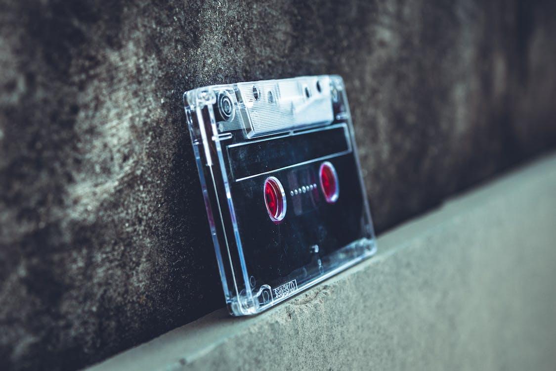 Zwart En Grijs Cassettebandje Tegen De Muur Geleund