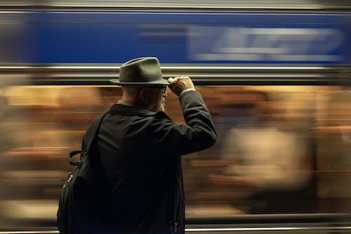 Kostenloses Stock Foto zu bewegung, erwachsener, mann, pendler