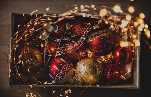 Fotos de stock gratuitas de adornos de navidad, bolas de navidad, guirnalda de luces, luces de Navidad