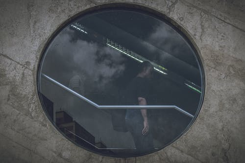 Fotos de stock gratuitas de adentro, arquitectura, gente común, ventana