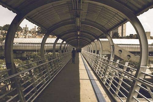Ilmainen kuvapankkikuva tunnisteilla arkkitehtuuri, henkilö, kävely, kulkusilta