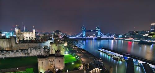beyaz kule, gece şehir, ışık yansımaları, Kule Köprüsü içeren Ücretsiz stok fotoğraf