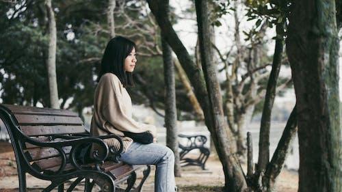 Бесплатное стоковое фото с азиатка, вид сбоку, глубина резкости, деревья