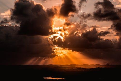 Immagine Della Sagoma Del Corpo D'acqua Sotto Le Nuvole