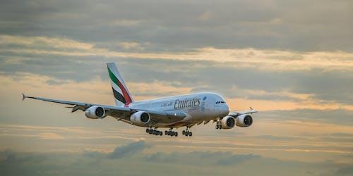 bulutlar, emirates, gökyüzü, hava aracı içeren Ücretsiz stok fotoğraf