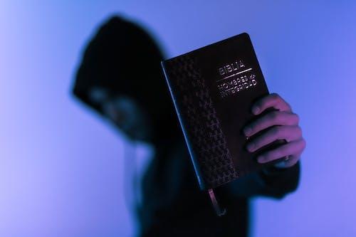 Gratis stockfoto met Bijbel, kerel, macro