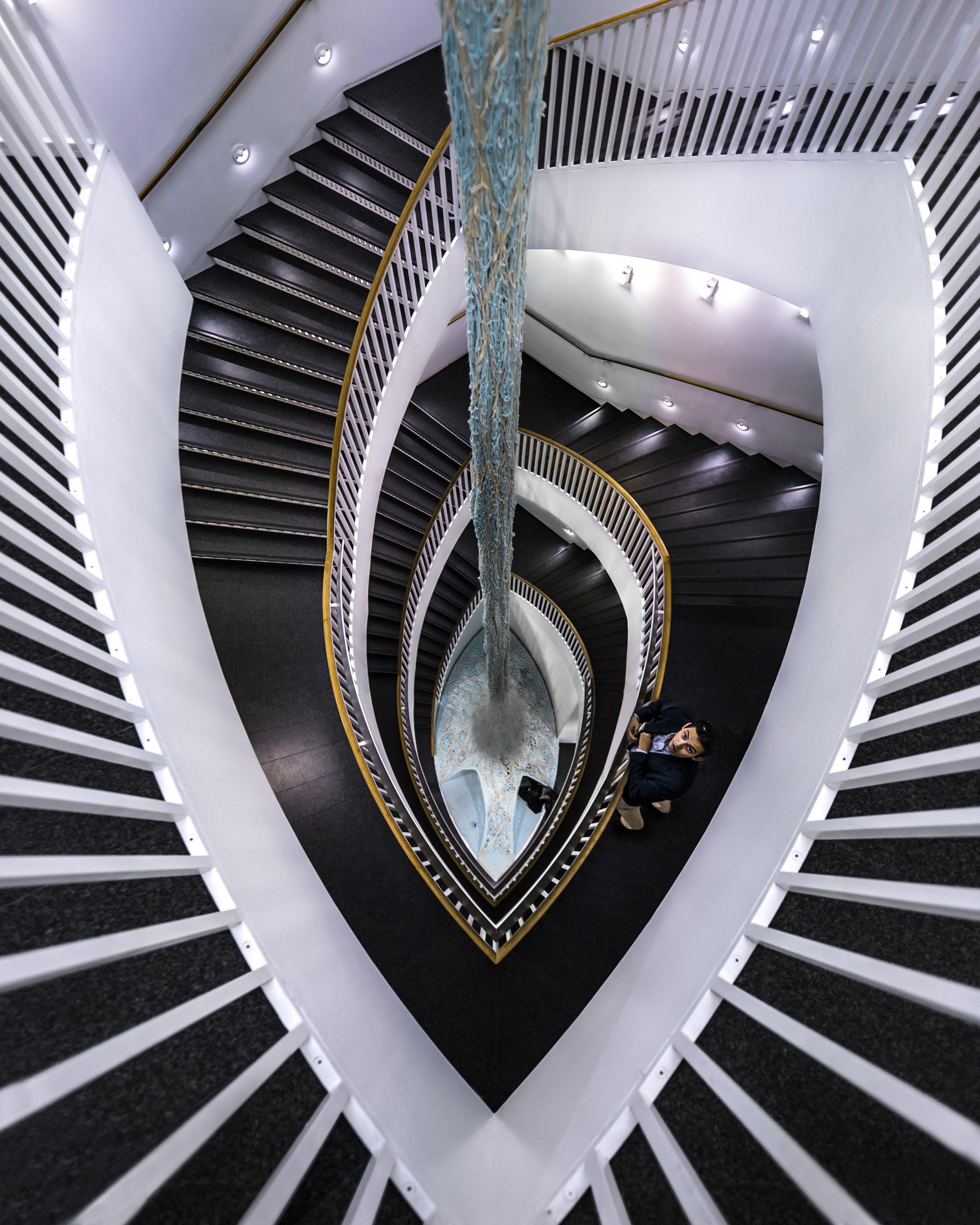 Foto profissional grátis de arquitetura, degraus, escadaria, homem