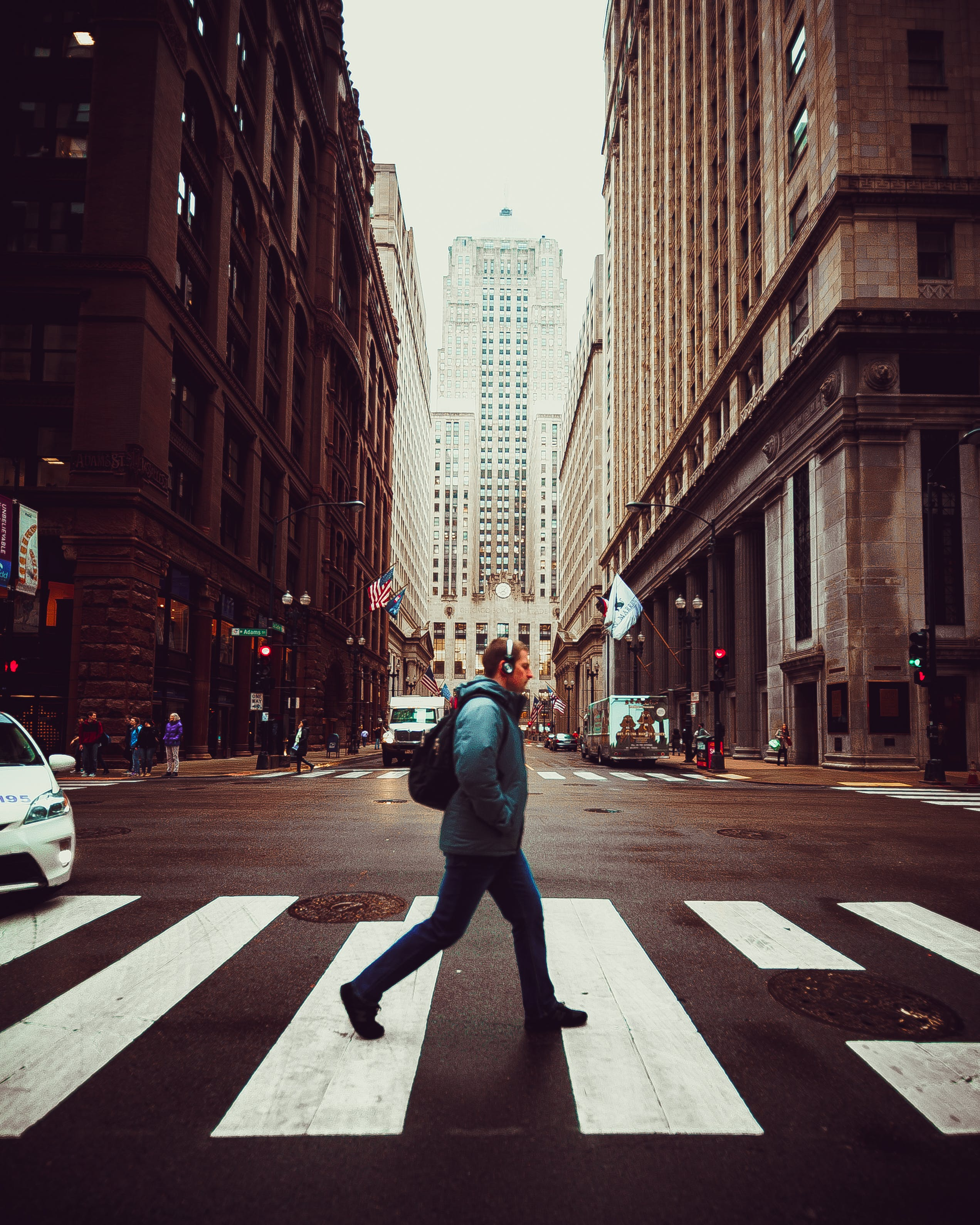 Fotobanka sbezplatnými fotkami na tému budovy, centrum mesta, cesta, chodec