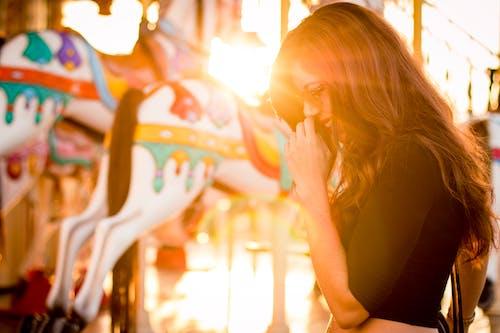 女人, 女孩, 情緒, 旋轉木馬 的 免费素材照片
