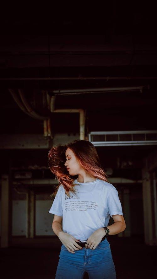 Fotos de stock gratuitas de cabello rojo, de pie, mujer, ojos cerrados