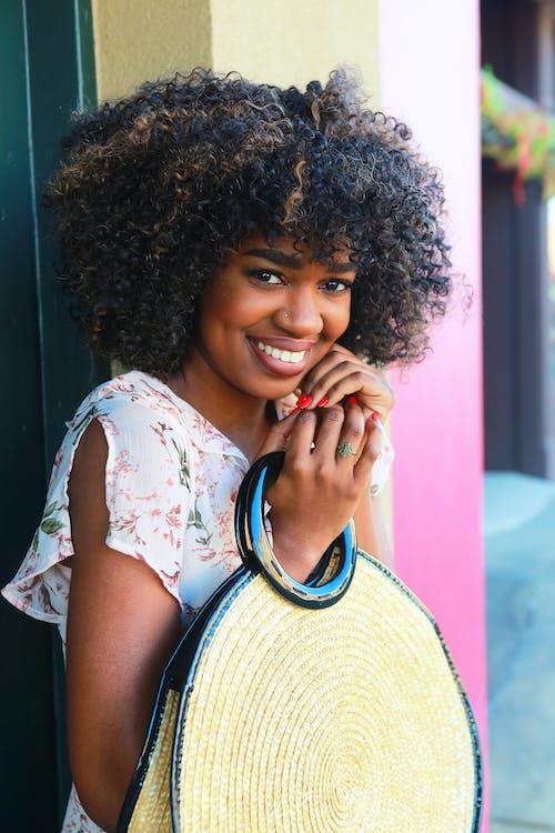 Lächelnde Frau Auf Selektiver Fokusfotografie