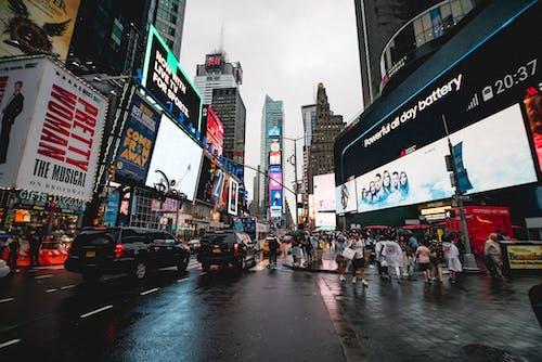 binalar, Broadway, insanlar, kalabalık içeren Ücretsiz stok fotoğraf