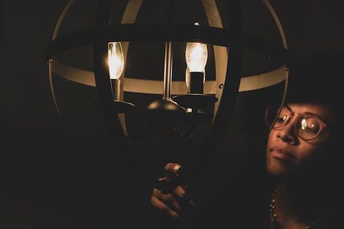 Foto profissional grátis de abajur, bulbo, eletricidade, escuro