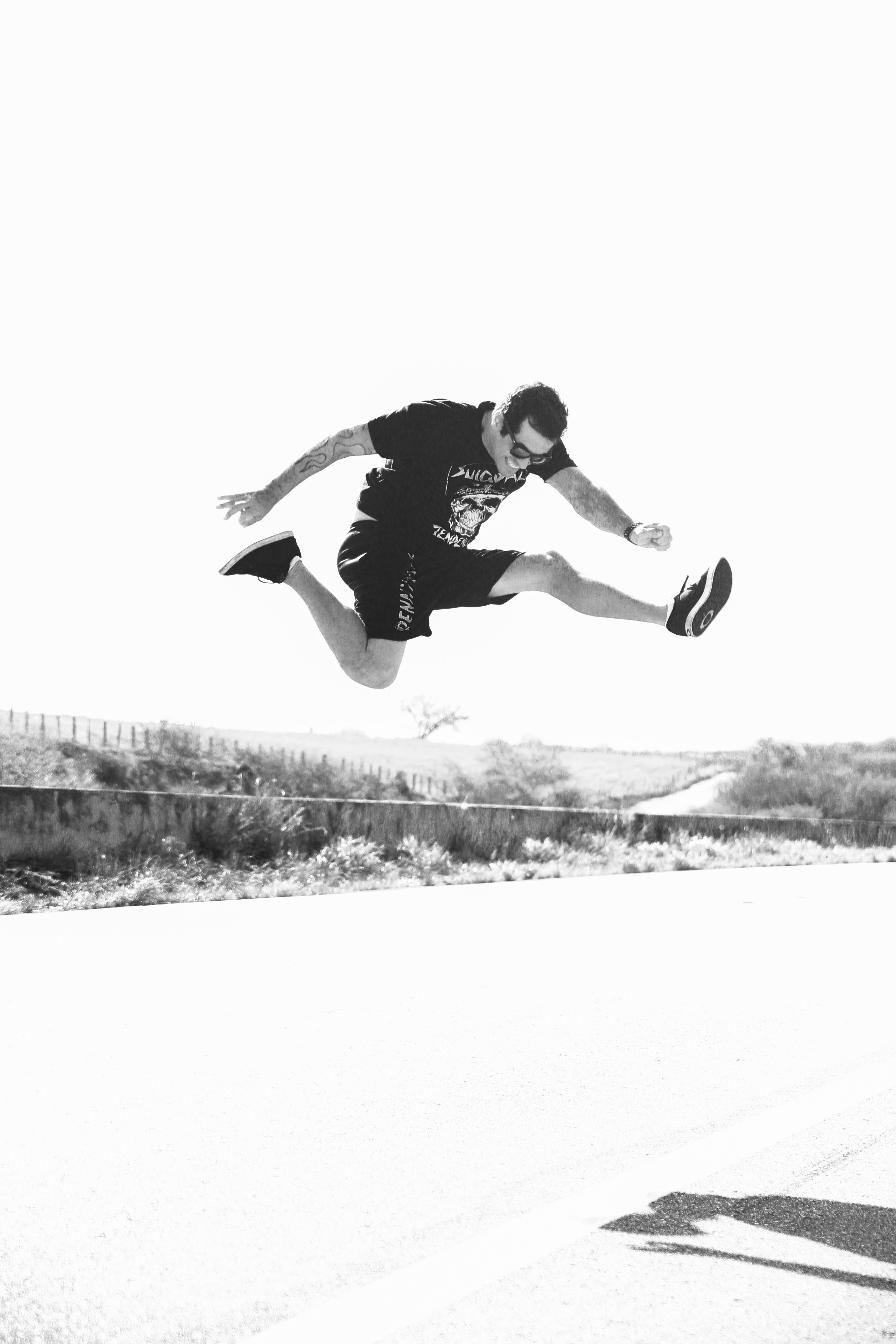 Fotos de stock gratuitas de blanco y negro, hombre, lanzamiento en suspensión, persona