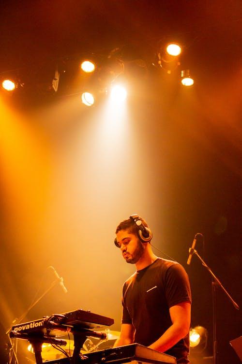 Foto profissional grátis de apresentação, apresentação ao vivo, artista, cantor