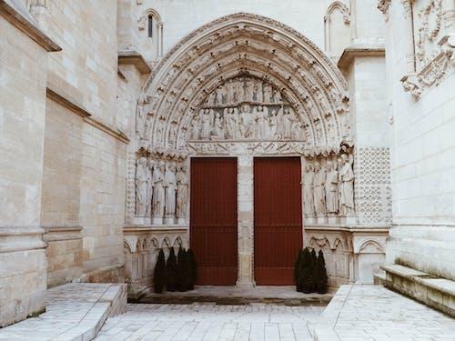 Kapalı Kırmızı Kapılar