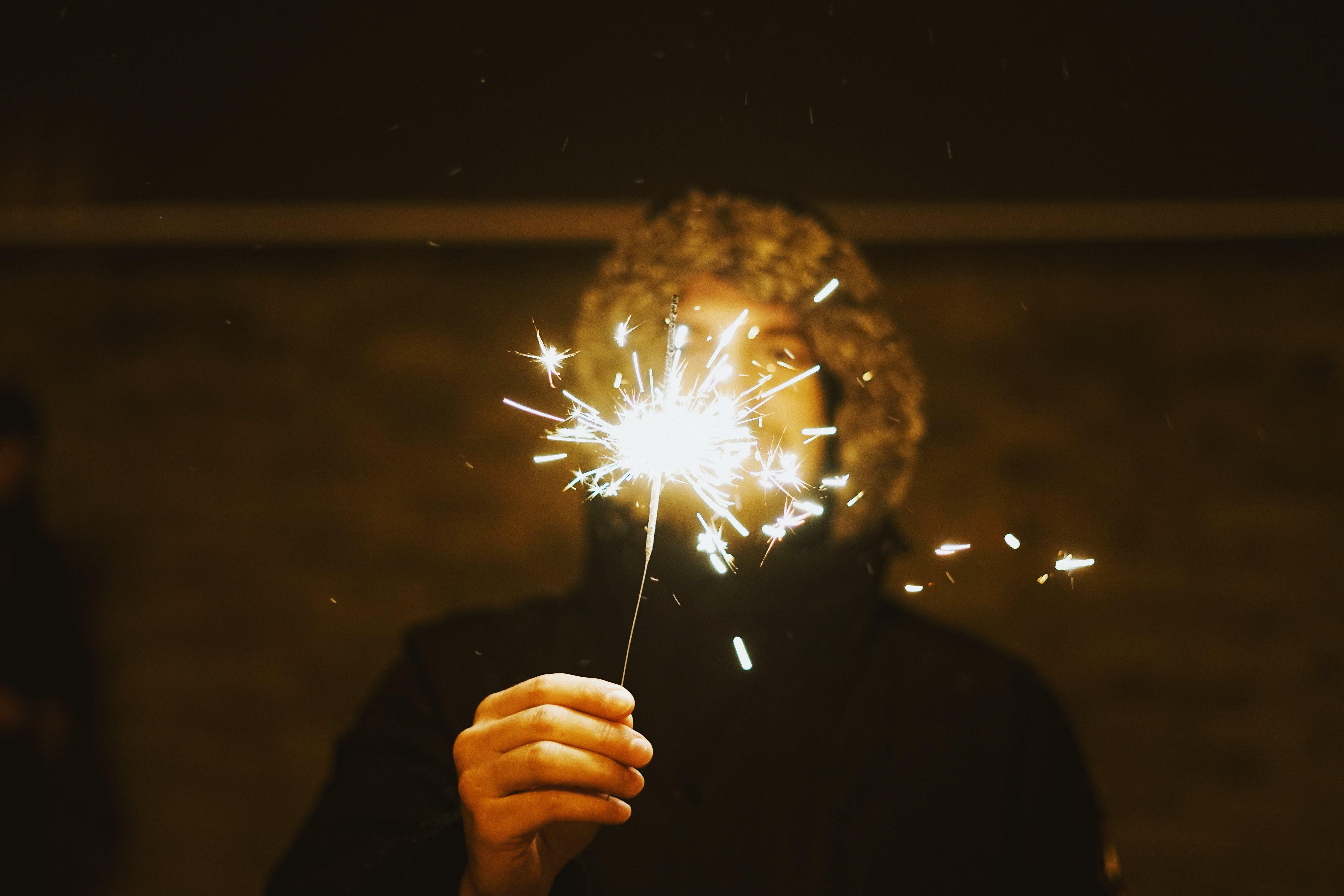Photos gratuites de célébration, célébrer, cierges magiques, étincelles