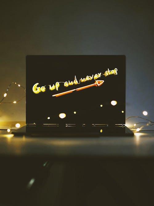 Бесплатное стоковое фото с мотивационным, мотивация, ноутбук, огни
