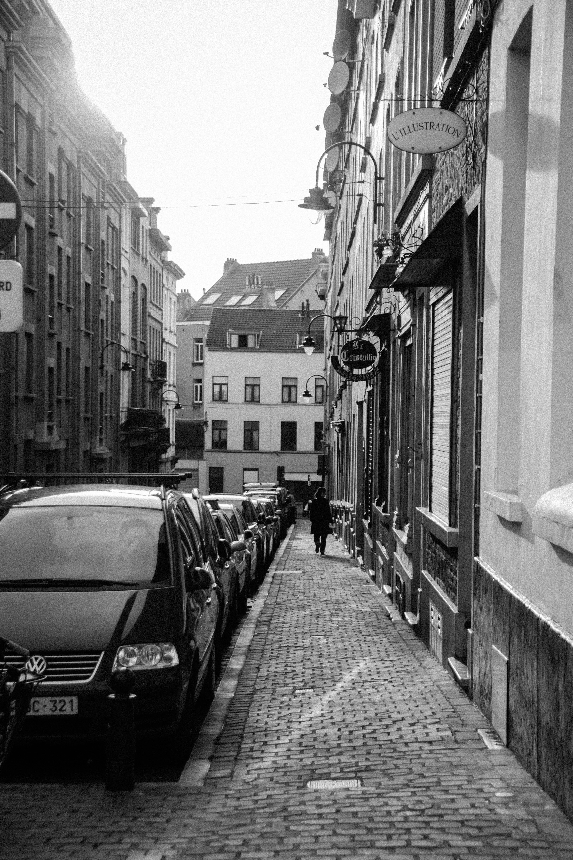 Základová fotografie zdarma na téma auta, budovy, černobílá, černobílý