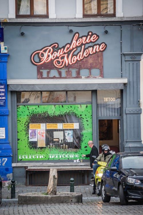 negozio di tatuaggi, vita di città