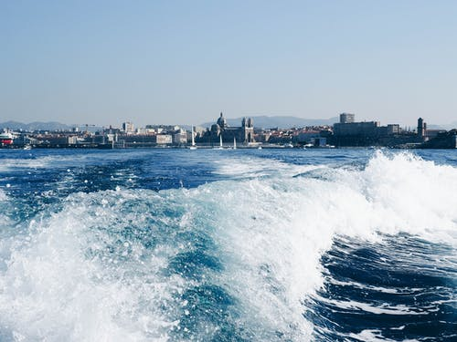 Ilmainen kuvapankkikuva tunnisteilla aallot, hiekkaranta, kaupunki, meri