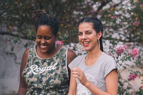 Twee Vrouwen Glimlachen