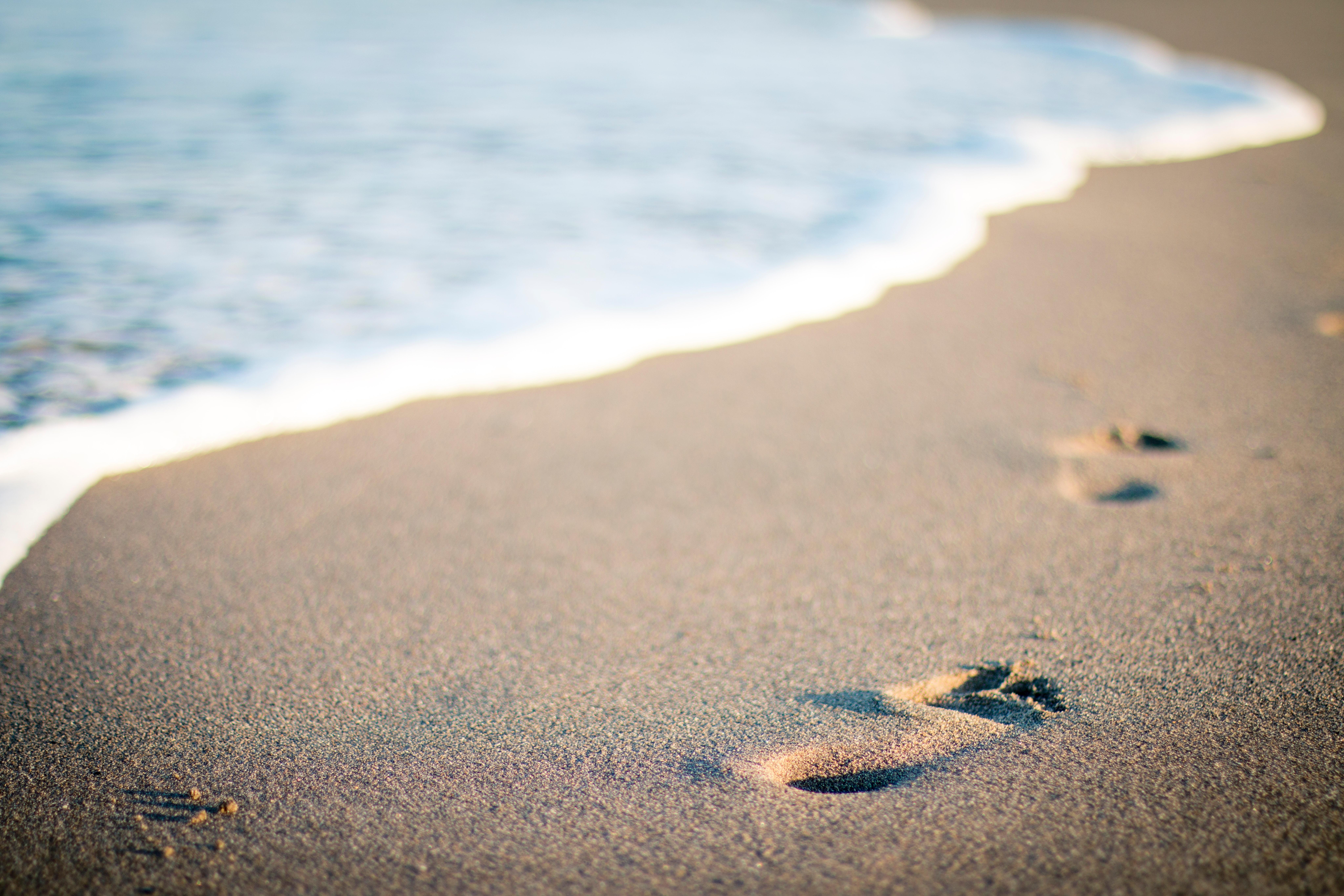 f6153a9401d48 Footprints in Beach · Free Stock Photo