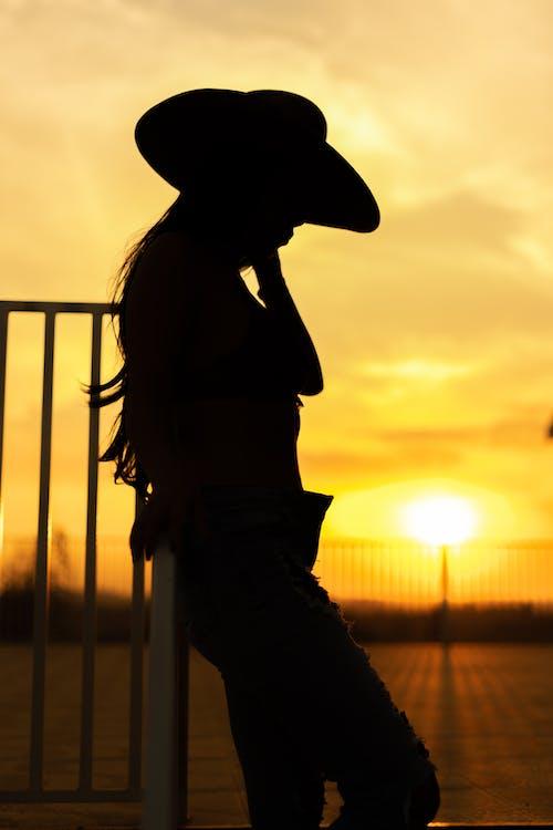 akşam Güneşi, çoban kız, kız, şehvetli içeren Ücretsiz stok fotoğraf