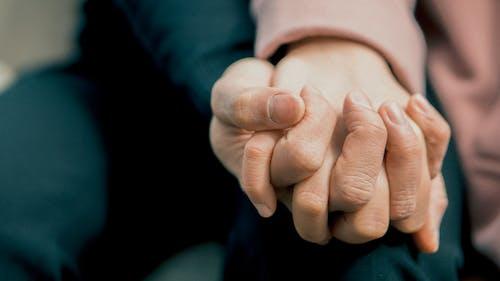 Základová fotografie zdarma na téma dotyk, držení za ruce, kůže, láska