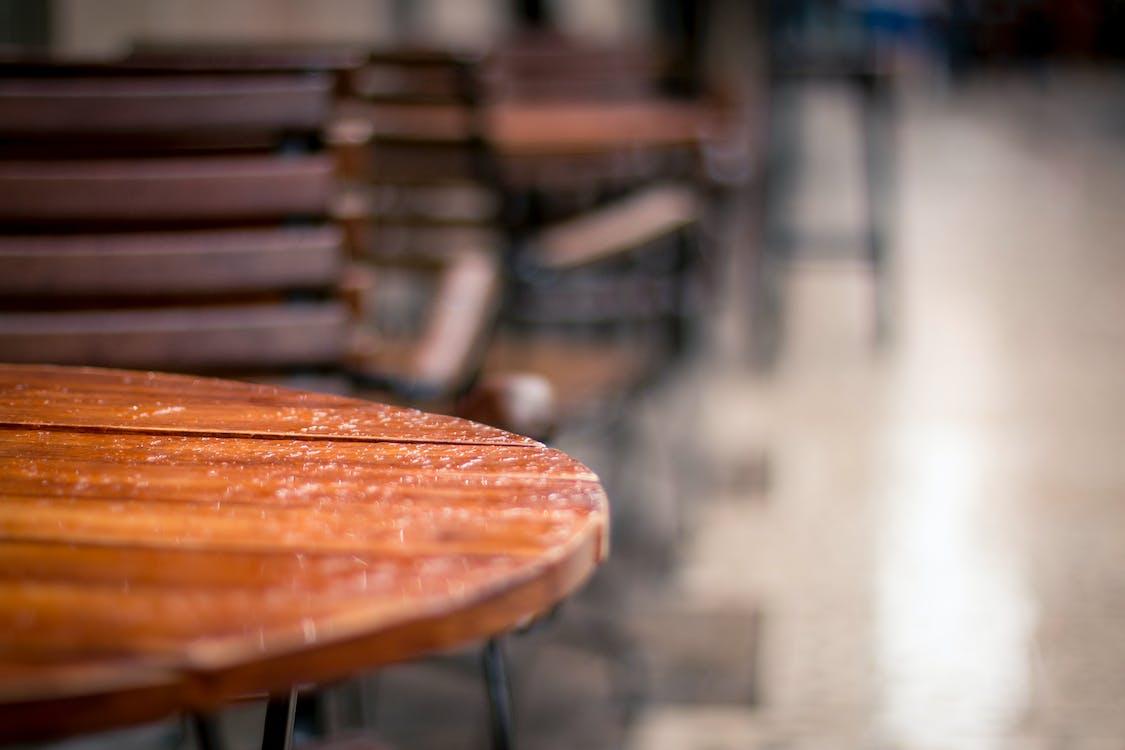 茶色のテーブルのクローズアップ写真