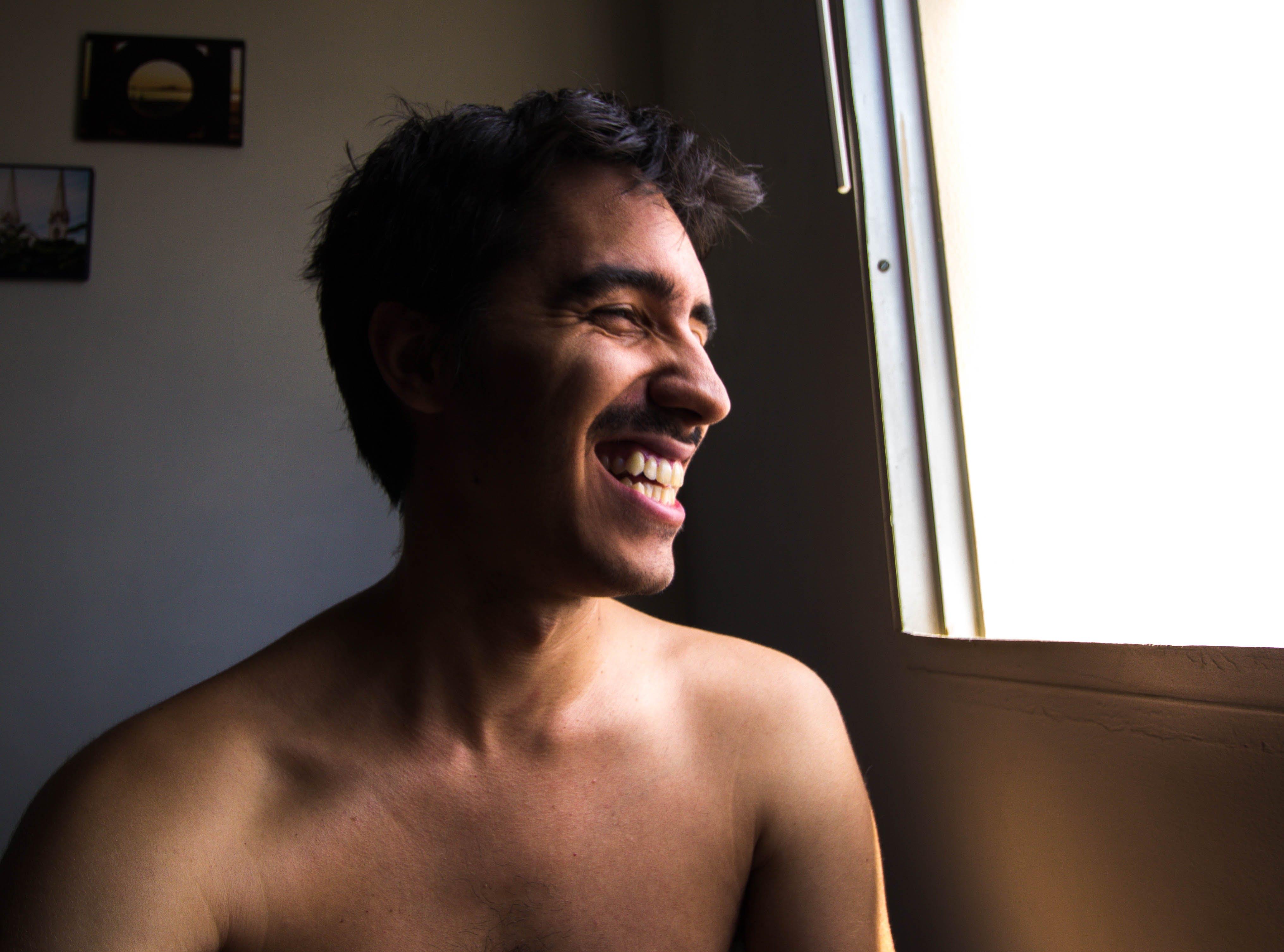 Základová fotografie zdarma na téma bez trička, muž, osoba, úsměv