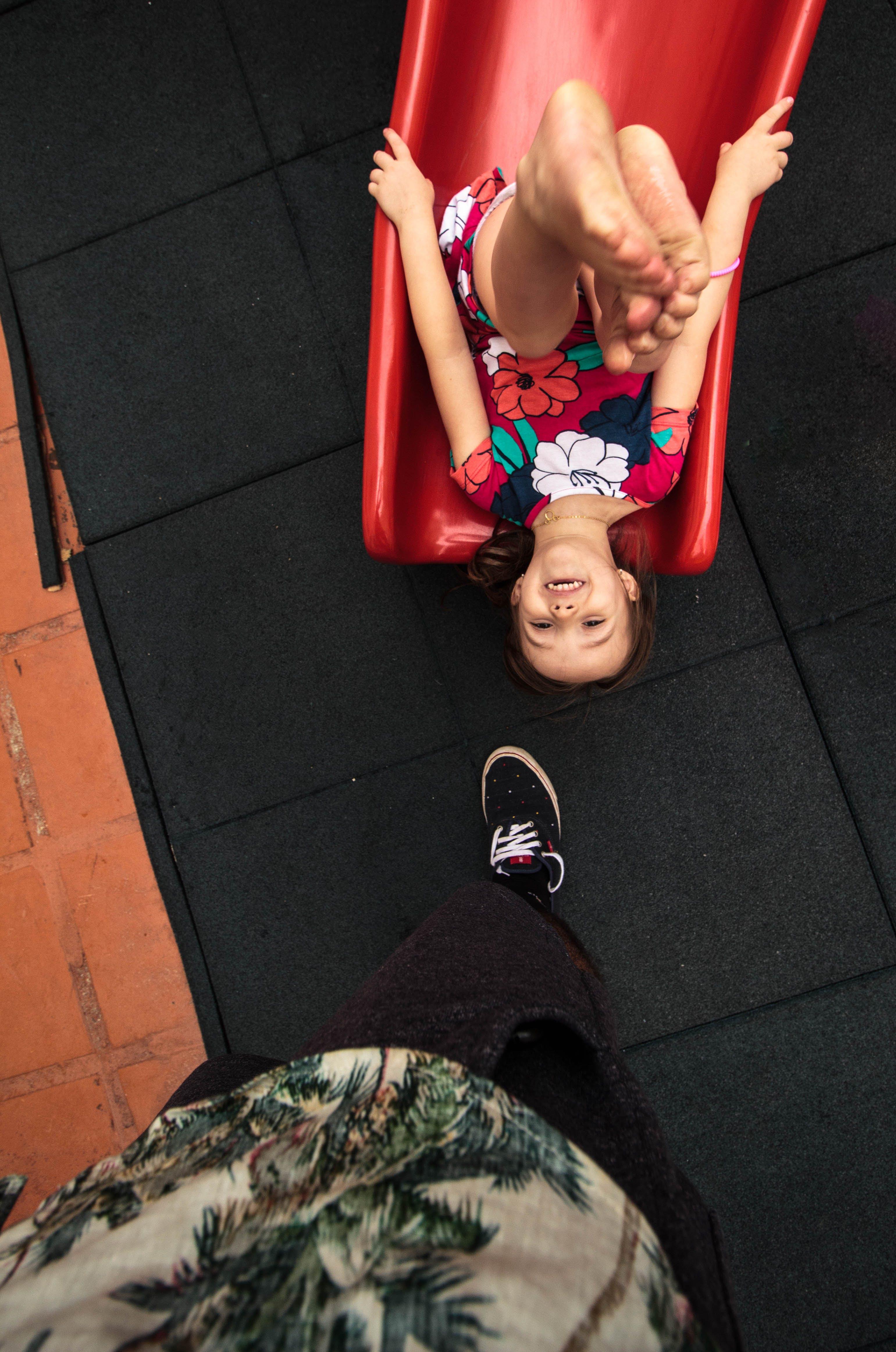 Darmowe zdjęcie z galerii z but, cieszyć się, do góry nogami, dziecko