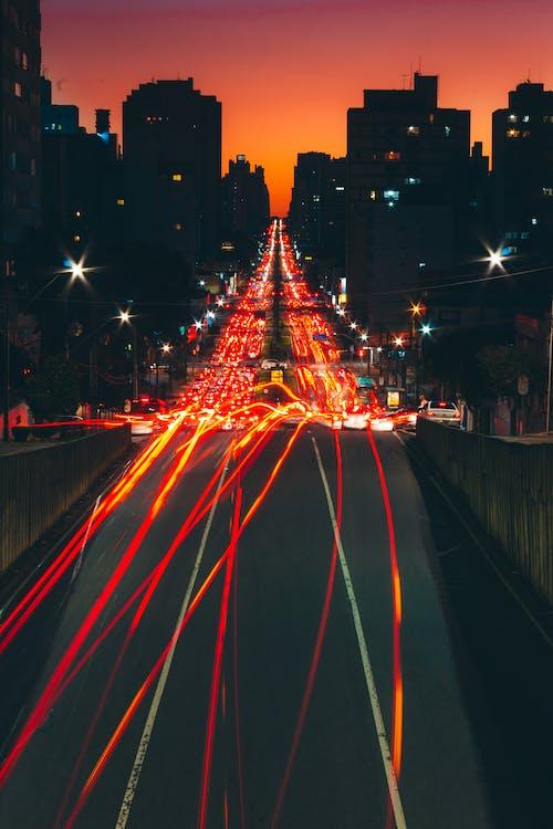 Бесплатное стоковое фото с вечер, город, движение, дорога