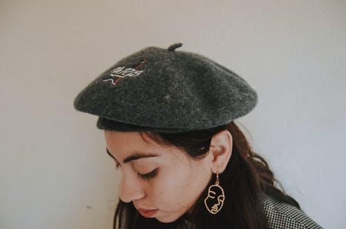 귀걸이, 모자, 베레모, 사람의 무료 스톡 사진