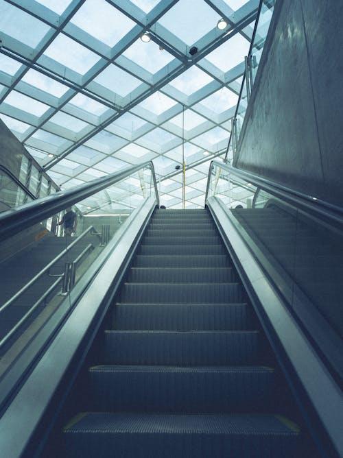 bakış açısı, bina, tavan, yürüyen merdiven içeren Ücretsiz stok fotoğraf