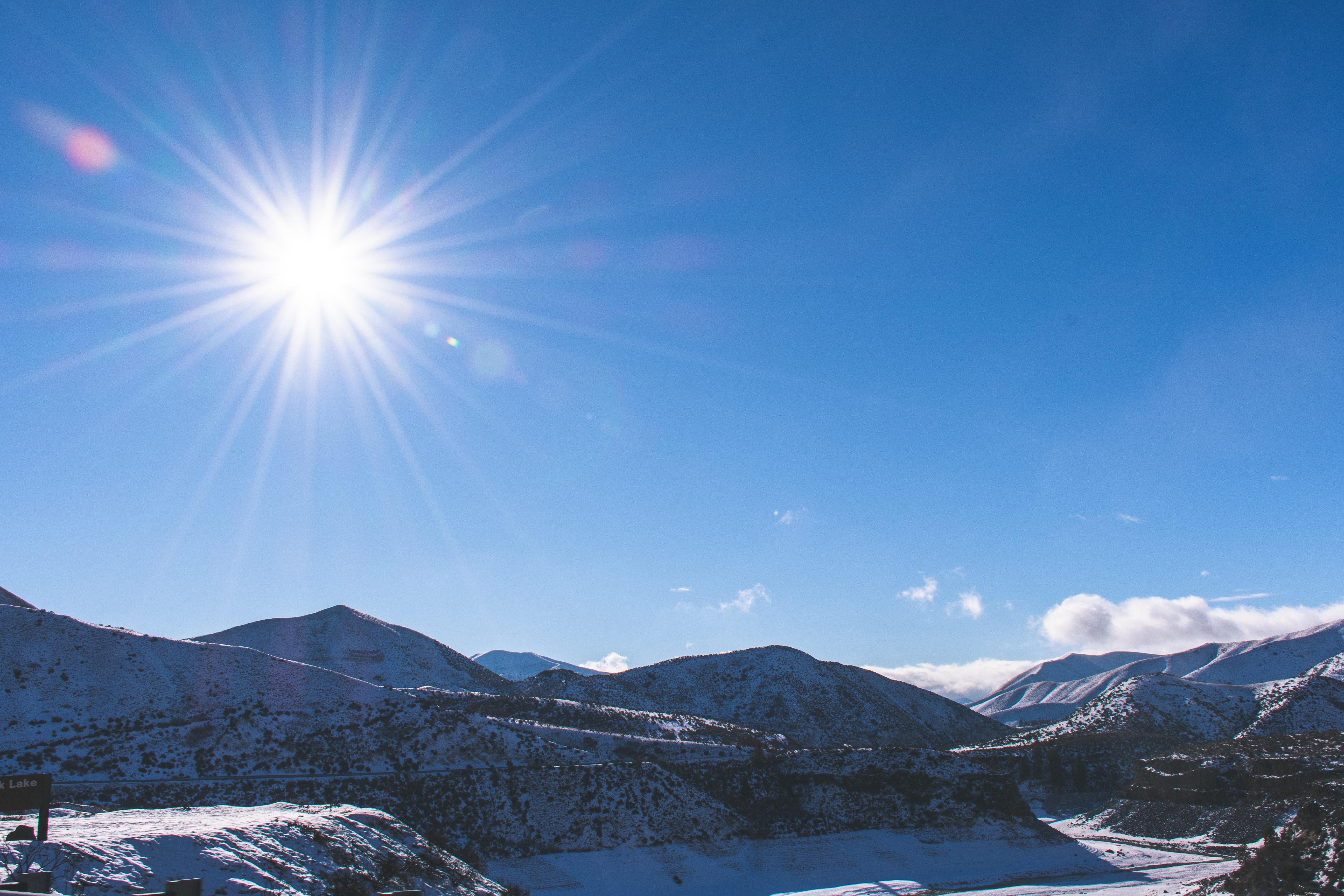 Montagne Enneigee Sous Le Ciel Bleu Photo Gratuite