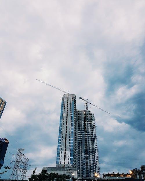 Kostenloses Stock Foto zu apartmentgebäude, bäume, beratung, brücke