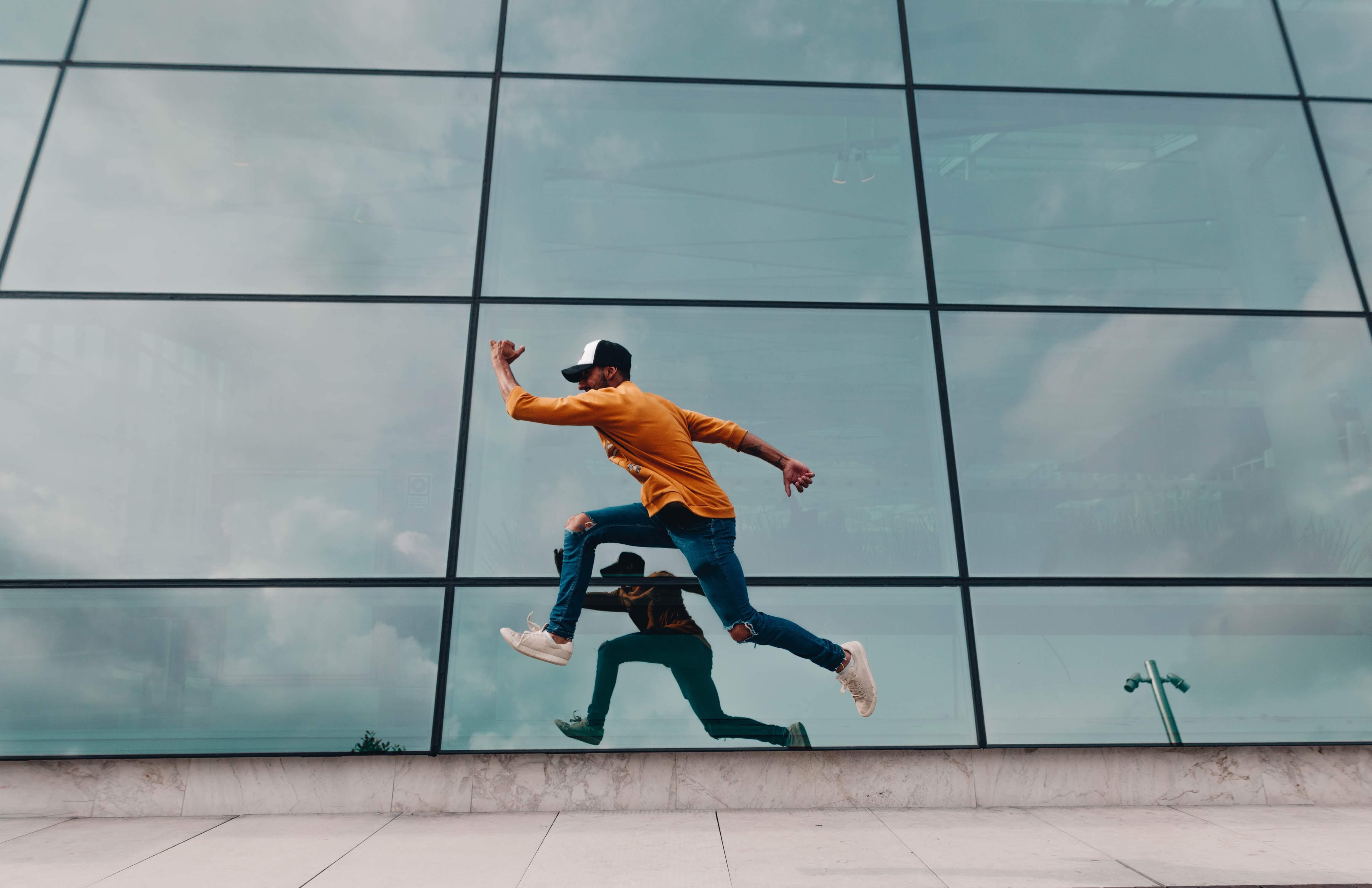 Бесплатное стоковое фото с архитектура, движение, мужчина, отражение