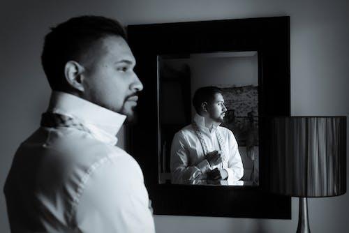거울, 남자, 반사, 블랙 앤 화이트의 무료 스톡 사진