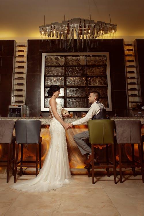 Бесплатное стоковое фото с белое платье, в помещении, вместе, выражение лица