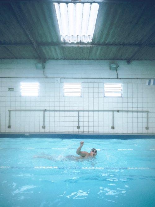 Foto d'estoc gratuïta de Esports aquàtics, interior, nedador, nedant