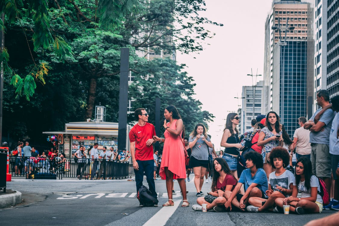 Grupo De Pessoas Se Reunindo Na Rua
