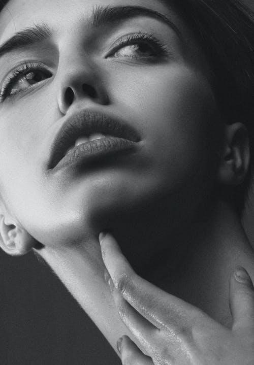 Foto d'estoc gratuïta de atractiu, bellesa, blanc i negre, bonic