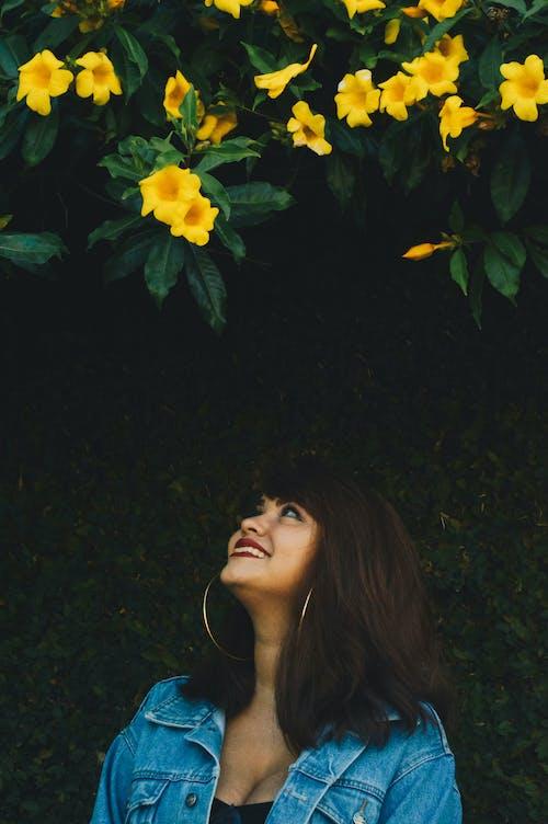 Бесплатное стоковое фото с алламанда, желтый колокол, женщина, красивая