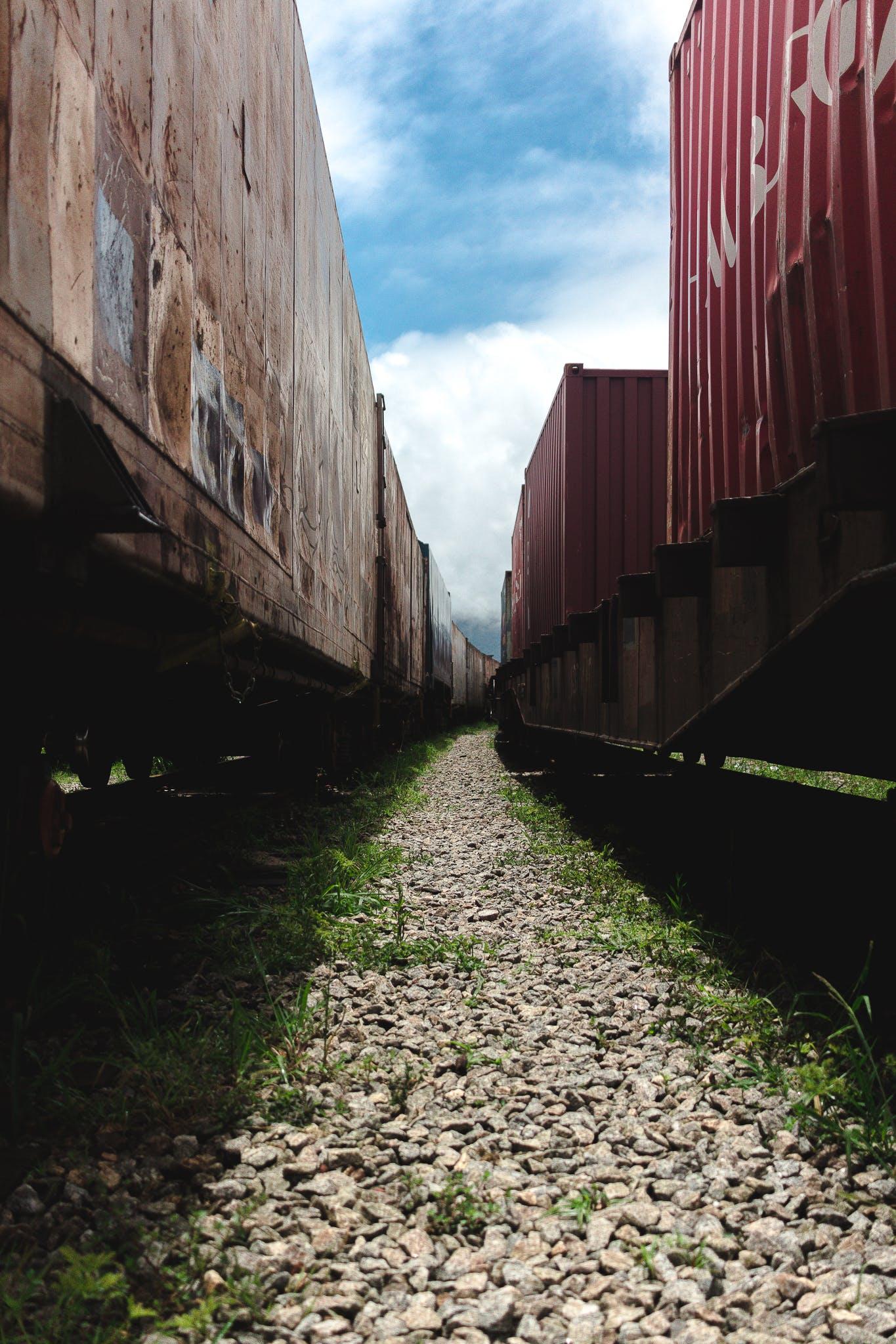 Free stock photo of área urbana, cargueiro, céu azul, grama verde