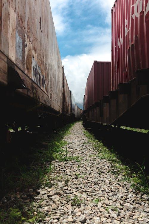 Photos gratuites de área urbana, cargueiro, céu azul, grama verde