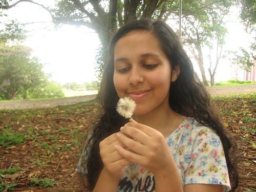 Δωρεάν στοκ φωτογραφιών με βραζιλιάνα, δέντρο, κορίτσι των λουλουδιών, νέα γυναίκα