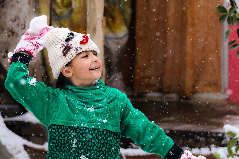 Kostenloses Stock Foto zu glück, lächeln, schneefall